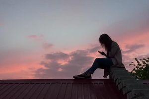 Sinh viên ở Chile trèo lên mái nhà học online mùa dịch
