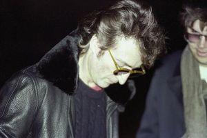Ảnh John Lennon ký tặng kẻ sát nhân được bán đấu giá