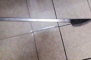 Hà Nội: Nam thanh niên mang dao phóng 'dạo phố' gặp ngay cảnh sát