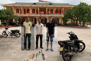 Nhóm tuổi teen bị xử phạt vì mang hung khí phóng xe trên phố