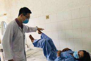 Ngã từ độ cao 5m, bệnh nhân gãy nát đốt sống, liệt chi được cứu nhờ thay đốt sống nhân tạo
