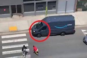 Xe chở hàng của Amazon bị người biểu tình cướp ngay trên đường