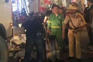 Xe chở rác tông hai nữ sinh ngã xuống đường trong đêm, 1 người nhập viện cấp cứu