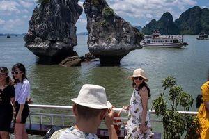 24h qua ảnh: Du khách chụp ảnh trên du thuyền ở Vịnh Hạ Long