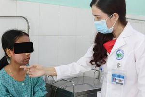 Thích trắng hồng, thiếu nữ 17 tuổi dùng kem lột cấp tốc khiến cả khuôn mặt bị 'phá nát'