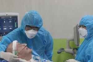 Bệnh nhân người Anh đã mỉm cười, bắt tay bác sĩ