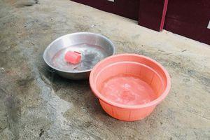 Mưa lớn giờ tan tầm, dân mang xô chậu hứng nước lau nhà