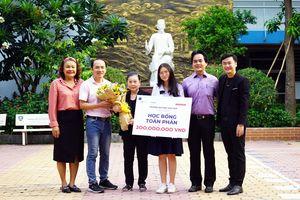 Học sinh đầu tiên nhận học bổng toàn phần 200 triệu đồng của ĐH Hoa Sen