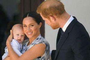Vợ chồng Meghan Markle và Harry được phép rời bỏ gia đình Hoàng tộc, nhưng con trai 1 tuổi của họ thì không?