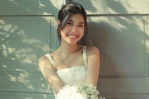 Á hậu Thúy Vân đẹp rạng rỡ trong bộ ảnh cưới khiến fan xuýt xoa
