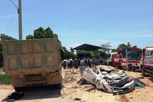 Xe tải chở đất đè bẹp xe con, ba người tử vong