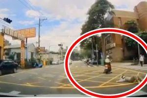 Được bạn chở bằng xe máy, cô gái trẻ ngã lộn nhào cực kỳ nguy hiểm khiến dân mạng hét lên vì sợ hãi
