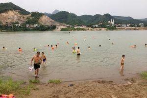 Phớt lờ biển cấm, người dân Hòa Bình vô tư tắm trên sông Đà