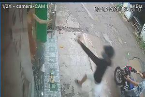 Camera ghi cảnh kẻ trộm xịt hơi cay tấn công người hô hoán