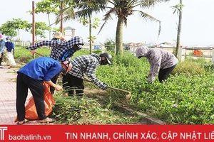 Hơn 500 người tình nguyện thu gom rác thải ở bãi biển Thạch Hải