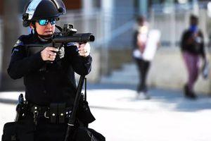 Những vũ khí phi sát thương nguy hiểm mà cảnh sát Mỹ dùng với người biểu tình