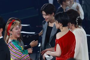Trọn khoảnh khắc tại 'Baeksang 2020': Son Ye Jin 'bơ đẹp' Jung Hae In, ngọt ngào nhìn lén Hyun Bin