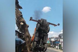 Xe cẩu bị lật vì nâng thân cây quá nặng