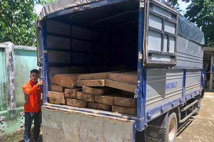 Ôtô chở gỗ lậu bỏ chạy 30 km khi thấy lực lượng kiểm lâm