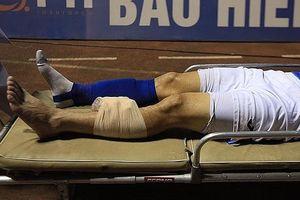 Va chạm mạnh, cầu thủ của Than Quảng Ninh gãy xương ống đồng