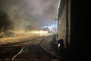 Cháy lớn thiêu rụi nhà kho chứa đồ tang lễ, lan sang trung tâm tiệc cưới