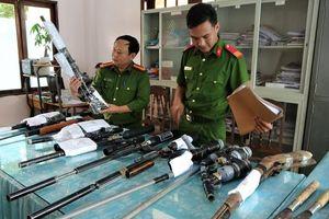 Vận động người dân giao nộp nhiều vũ khí, hung khí nguy hiểm