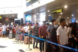 Khách 'rồng rắn' mất cả giờ đồng hồ đợi qua cửa an ninh sân bay Nội Bài