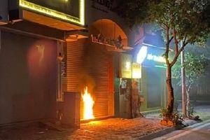 Công an vào cuộc điều tra nghi án đốt cửa cuốn nhà dân lúc nửa đêm