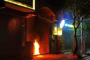 Điều tra vụ đốt cửa cuốn nhà dân vào lúc rạng sáng