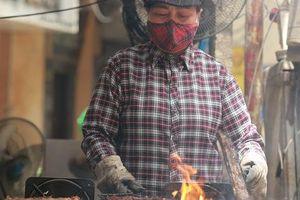 Nỗi vất vả của những người Hà Nội phải làm việc hàng tiếng bên bếp lửa, dưới nắng nóng hơn 40 độ C: 'Nấu ăn, nướng thịt mùa này chẳng khác nào cực hình'