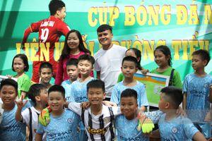 Quang Hải đến cổ vũ tinh thần những cầu thủ nhí trong giải đấu của Trường tiểu học Tây Sơn