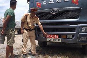 Thanh Hóa: Bắt giữ xe tải đeo biển đỏ giả chở quá tải