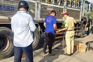 Ôm cua trượt ngã bị xe chở gas tông, 2 người tử vong