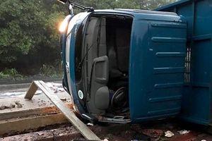 Xe tải tông 3 công nhân thi công cầu đường
