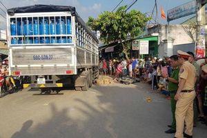Trượt ngã giữa giao lộ, 2 người đi xe máy bị ô tô tải cán tử vong