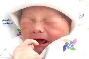 Một bé trai chưa cắt rốn bị bỏ rơi ven đường ở TP.HCM