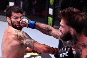 Cận cảnh cú đấm 'nghìn cân' khiến võ sĩ Brazil 'đi vào cơn mê'