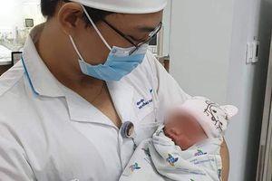 TP.HCM: Bé sơ sinh còn nguyên dây rốn bị bỏ rơi giữa trời mưa, kiến cắn