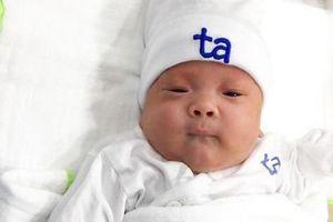 Đặt nội khí quản ngay khi chào đời, nuôi sống bé sinh non 24 tuần 5 ngày, nặng 550 gram