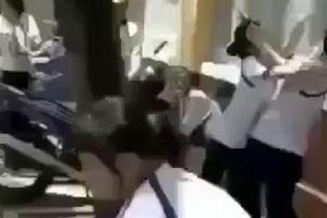Nữ sinh đánh bạn dã man ở cổng trường: 'Nói xấu nhau'