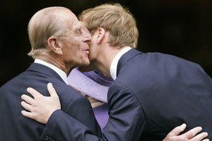 17 bức ảnh cho thấy Hoàng tử Philip cũng chỉ là một ông nội bình thường