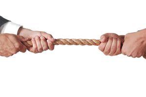Mâu thuẫn nội bộ giữa các nhóm cổ đông, 'tay to' điên đầu