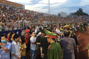 'Vỡ sân' trong cơn khát bóng đá của người Hà Tĩnh