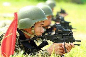 Đặc công Việt Nam bắn 'bách phát bách trúng' với tiểu liên Micro Uzi