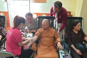 Gần 100 phật tử tham gia hiến máu