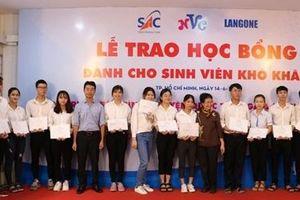 Trao tặng học bổng cho học sinh, sinh viên sau dịch COVID-19
