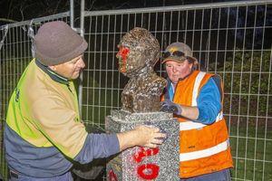 Người biểu tình xâm hại tượng đài các nhân vật nổi tiếng tại Australia