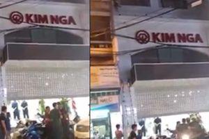 Bảo trì cửa cuốn ở tiệm vàng, 1 người bị điện giật chết