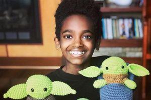 Cậu bé mồ côi nhận 10.000 USD nhờ tài đan len đặc biệt