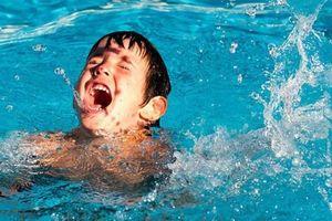 Bé 9 tuổi ngã ở bể bơi, bị thanh sắt chọc vào khoang màng phổi